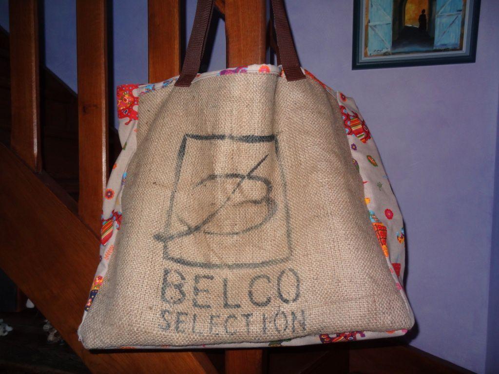 un sac de voyage avec des sacs de caf en jute venus d 39 ailleurs silavie cr ation si la vie c. Black Bedroom Furniture Sets. Home Design Ideas