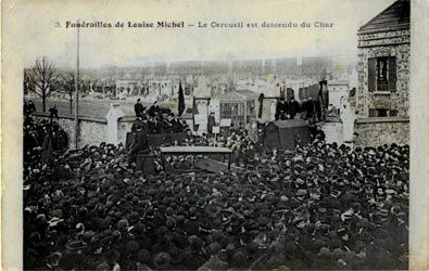Carte postale des funérailles de Louise Michel Le cercueil est descendu du char.