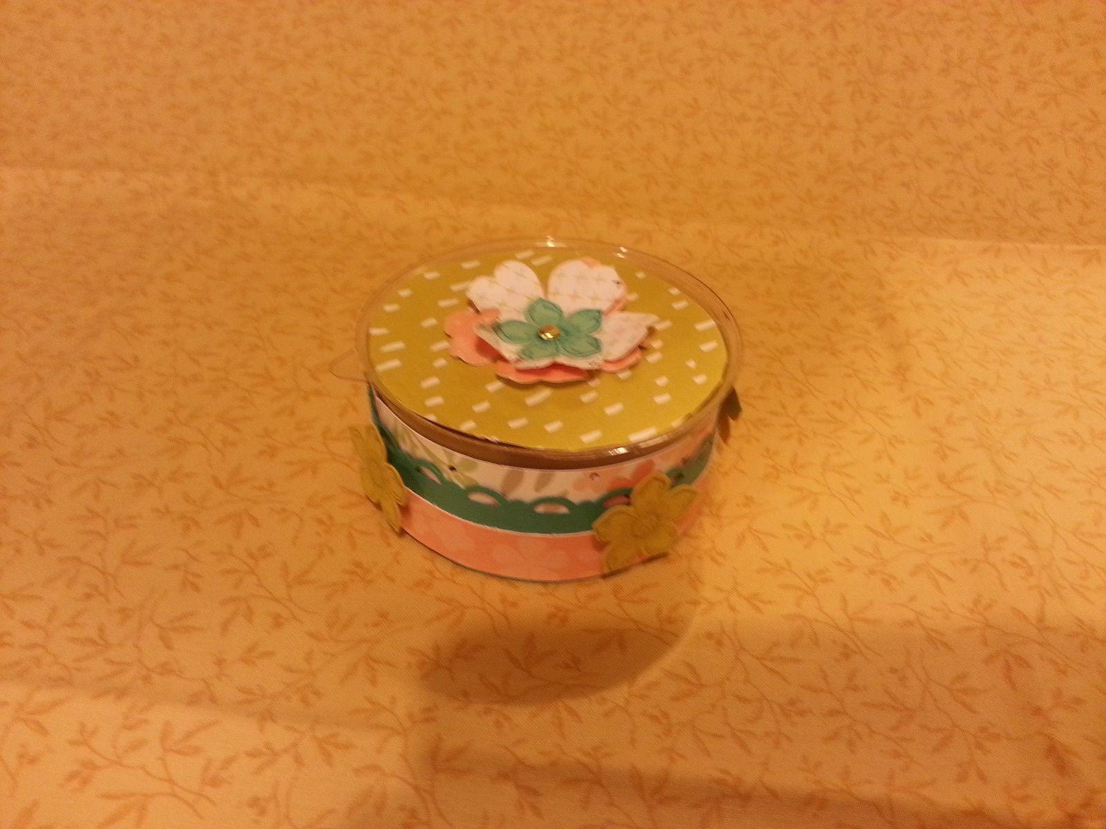 Une boite faite a la perfo tag ,une pochette a sachet de thé,une carte fanion,et une  boite a bombons.