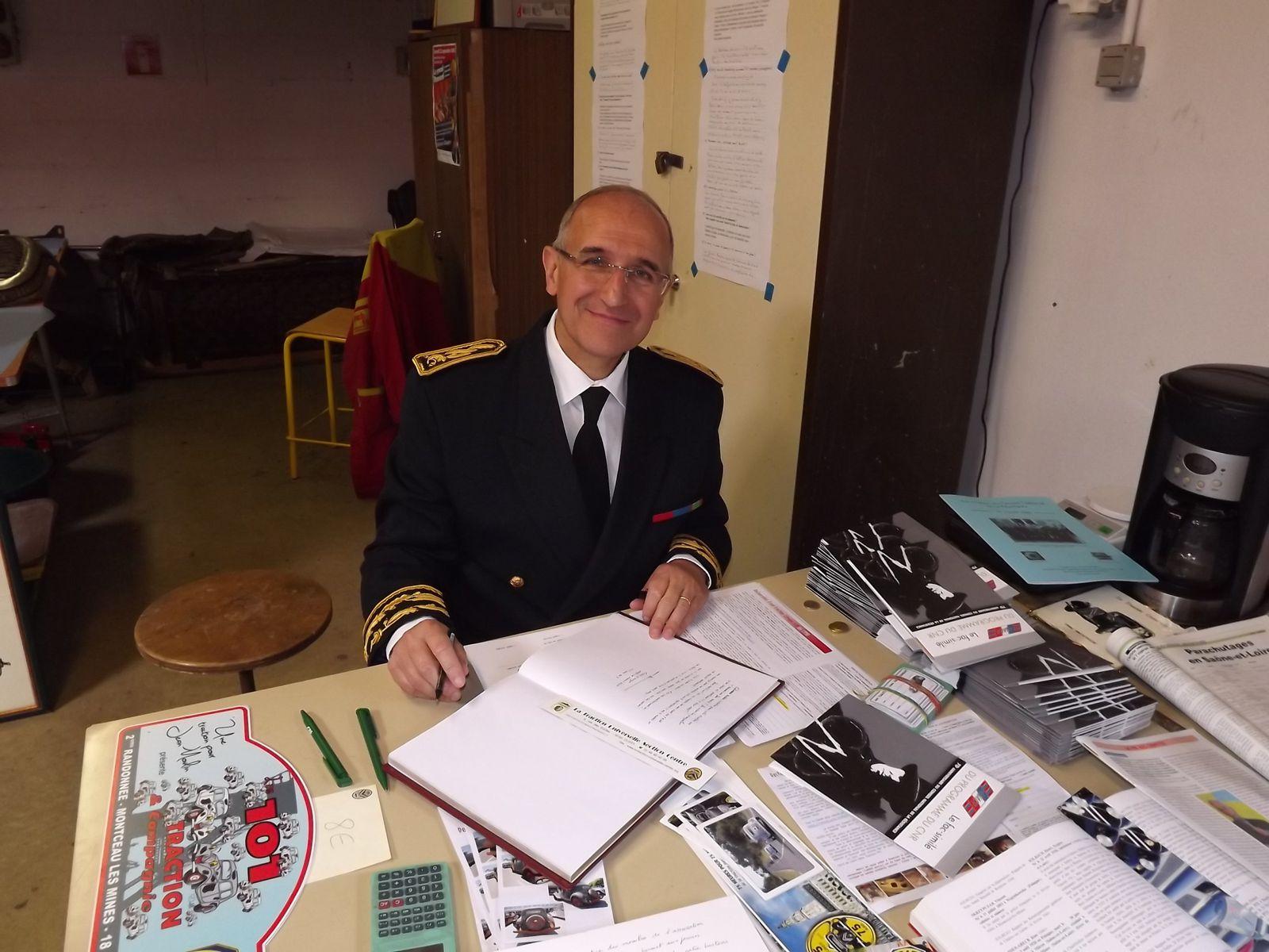 Notre préfet, Fabien Sudry, met quelques lignes sur le livre d'or. Pour nous , c'est un instant fort car Jean Moulin a été lui aussi préfet.