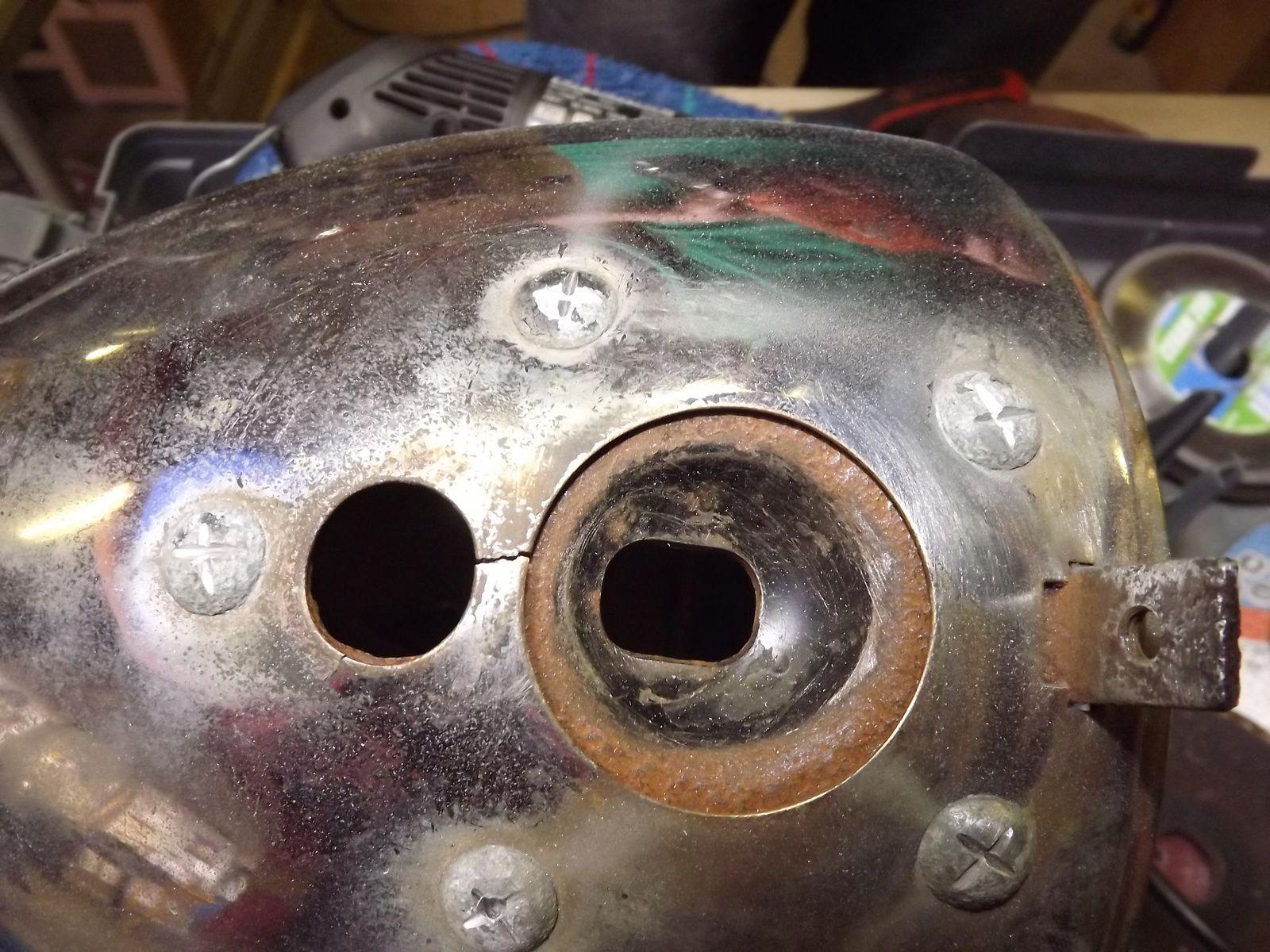 D. Bellière de la TU nous a prescrit d'enlever les rivets de l'ogive de phare. C'est donc fait, sans dérapages, ni rayures. Le traitement de chaque flasque métallique est en cours.