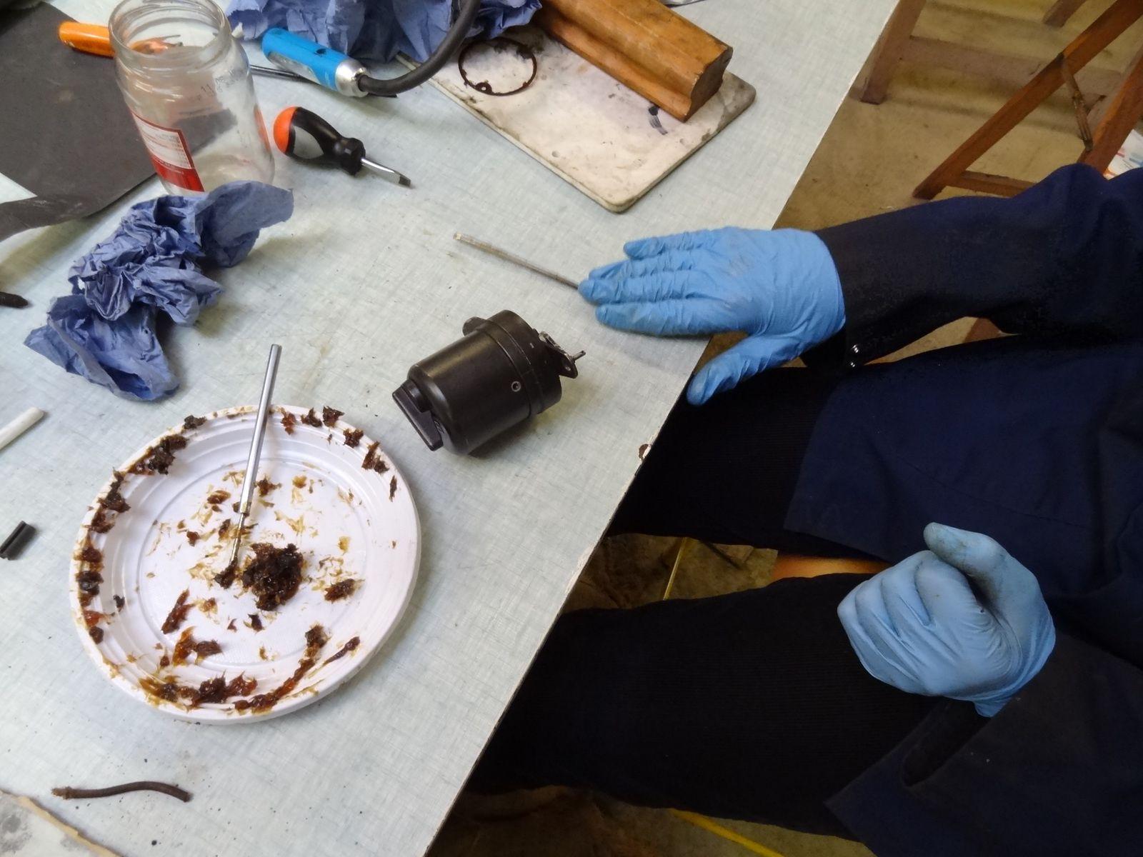 Justin enlève l'ancienne graisse du moteur d'essuie glace avant d'essayer à nouveau de le faire fonctionner.