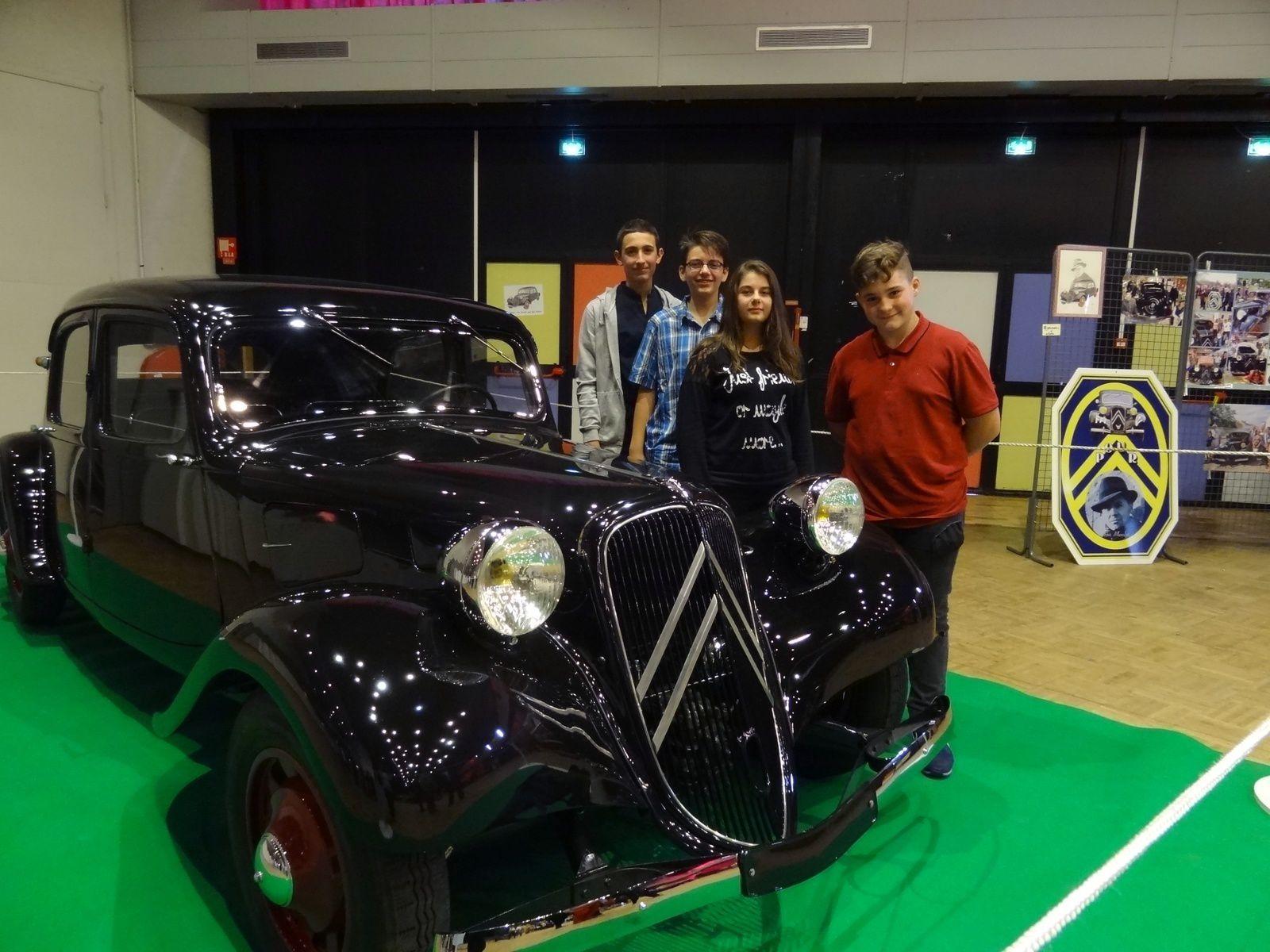 4  de nos jeunes sont venus présenter le projet une traction pour Jean Moulin à l'assemblée des sages.