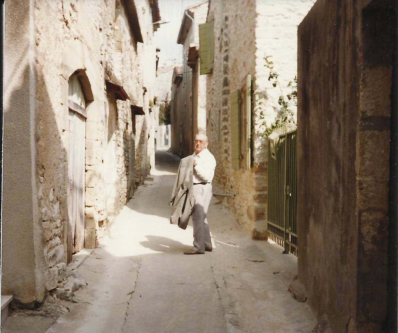 En 1997. Georges se promenant dans le village (credit : Solange BERGER)