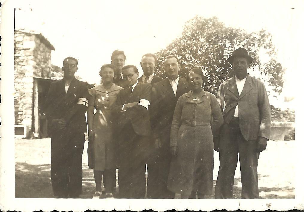 En juin 1940. Georges est le premier à gauche avec le brassard de la Croix-Rouge