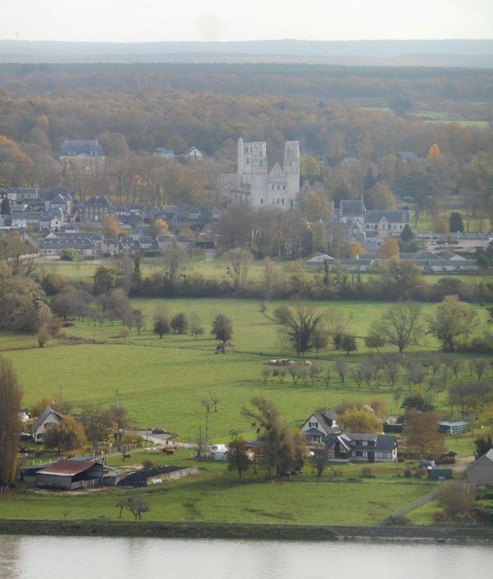La Seine, Jumièges, les ruines de l'Abbaye et le Logis Abbatial restauré.