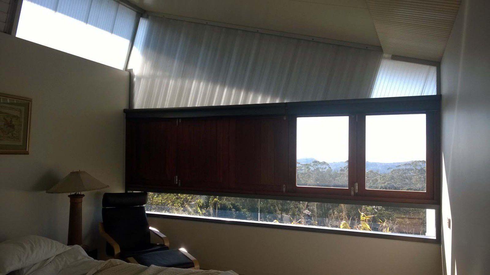 Les vues de la chambre sont spectaculaires avec une fenêtre en longueur à la hauteur du lit qui permet de voir les lumières de la Gold Coast la nuit