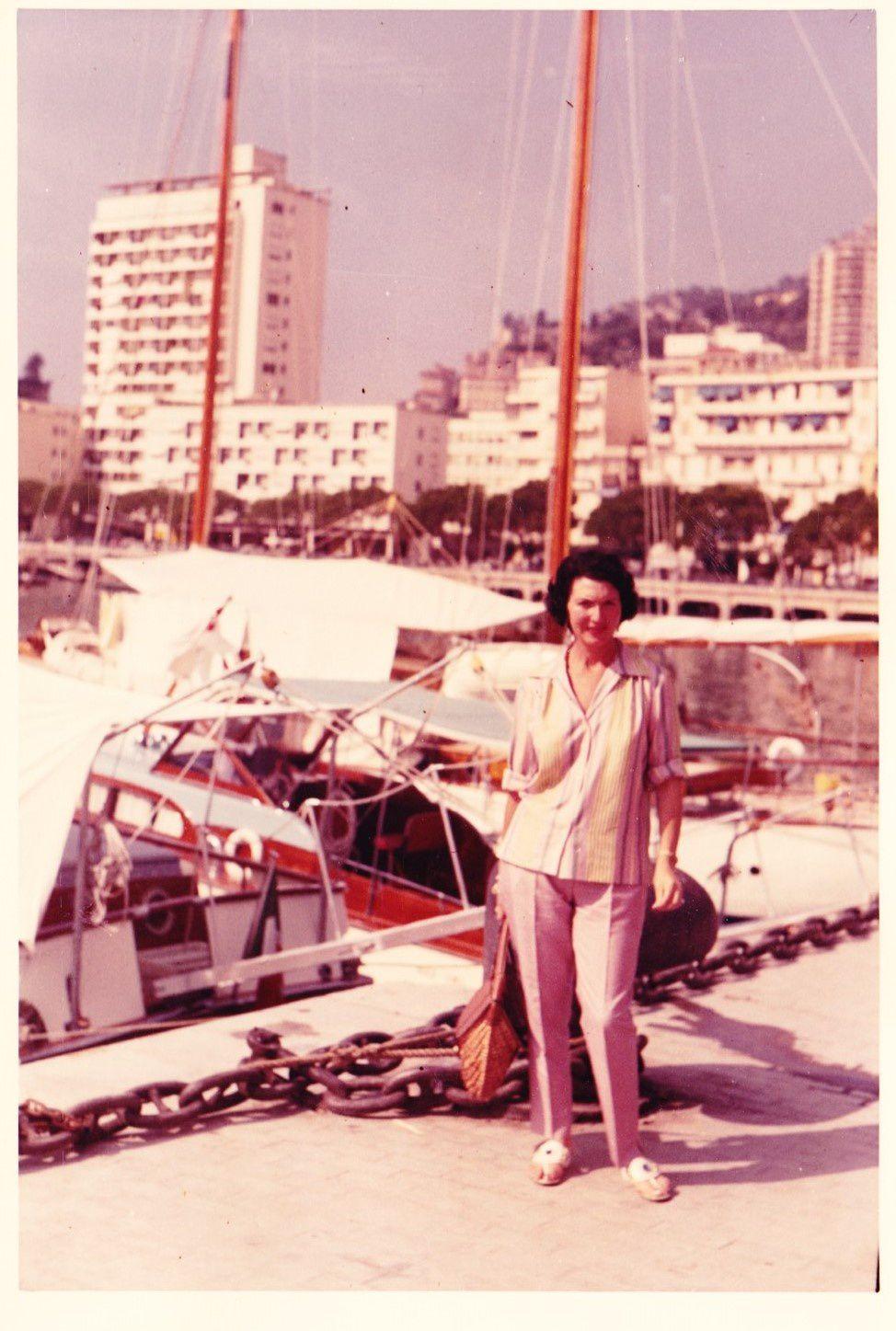Devant des bateaux, tiens... tiens... (dans les années 60)