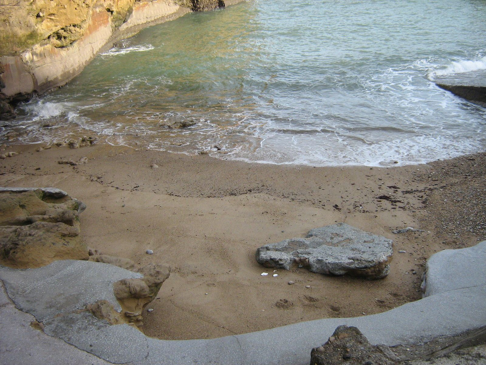 Une minuscule plage termine le Port des Pêcheurs