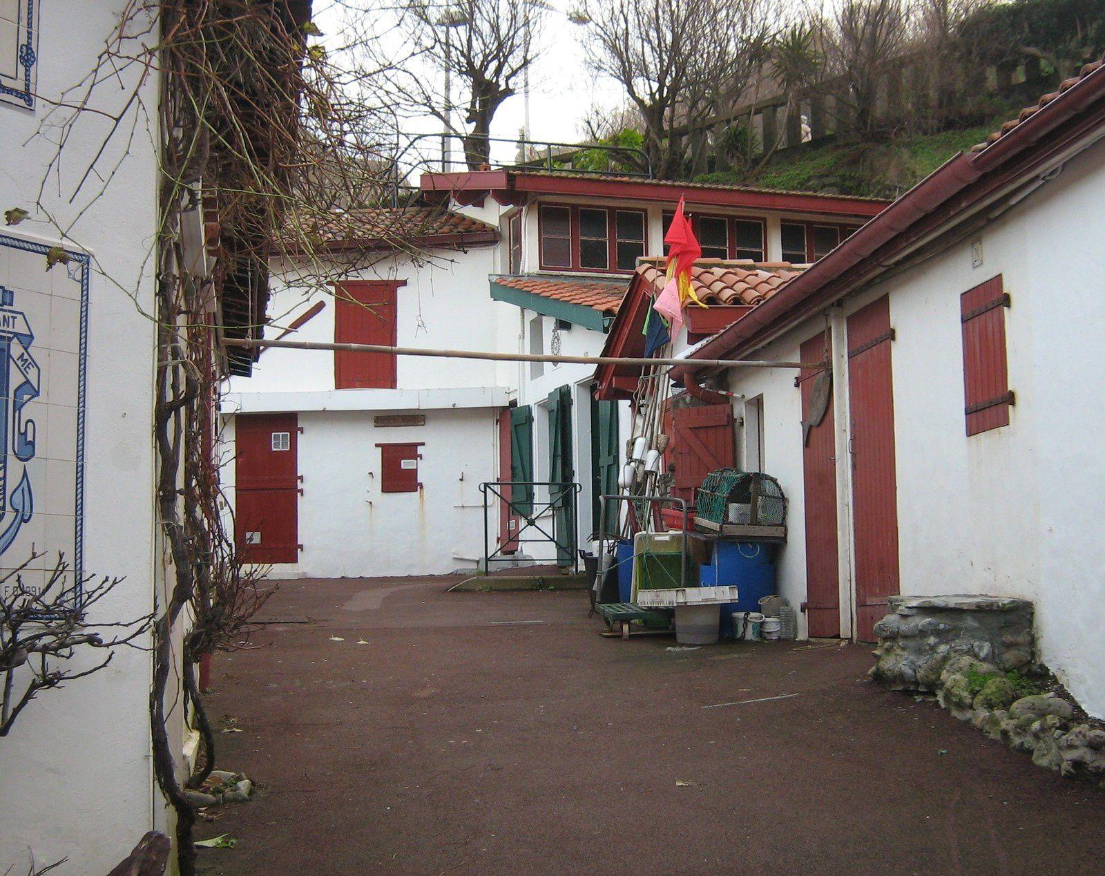 Les petites constructions pittoresques baptisées crampottes sont la propriété de la commune. Elles sont attribuées aux propriétaires de bateaux qui mouillent dans les bassins du port.