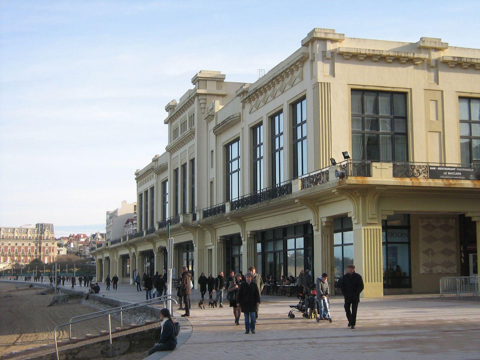 Le célèbre Casino devant la plage et toujours... les rouleaux...
