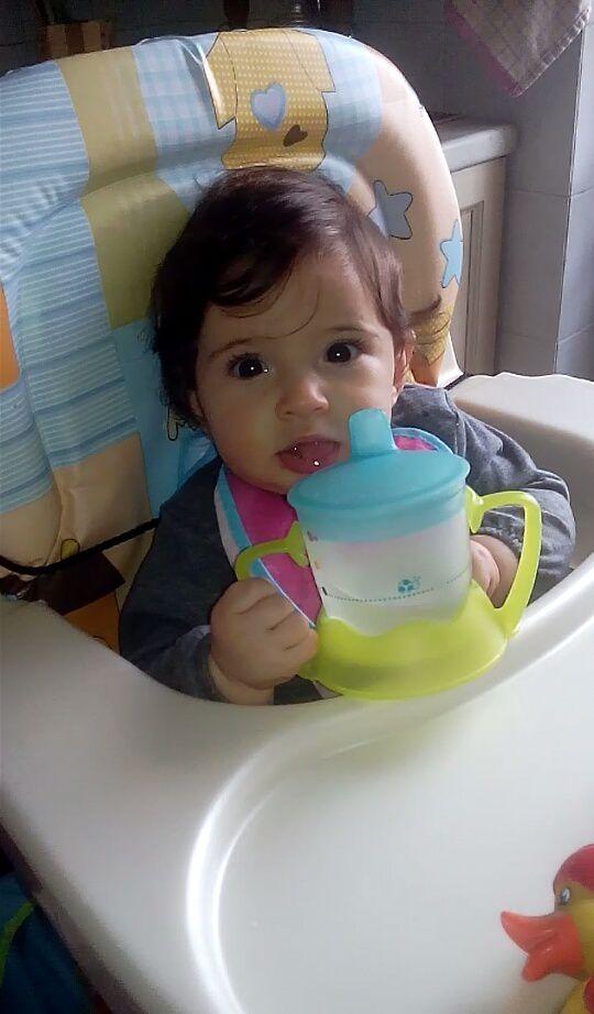 Nici nu i-am cumparat bine ulcica pentru apa, ca iubita noastra o si manuieste dupa doua zile, la abia 6 lunite implinite Sa nu te uimesti!? Ba da. E precoce puiuta!! Si e a noastra!