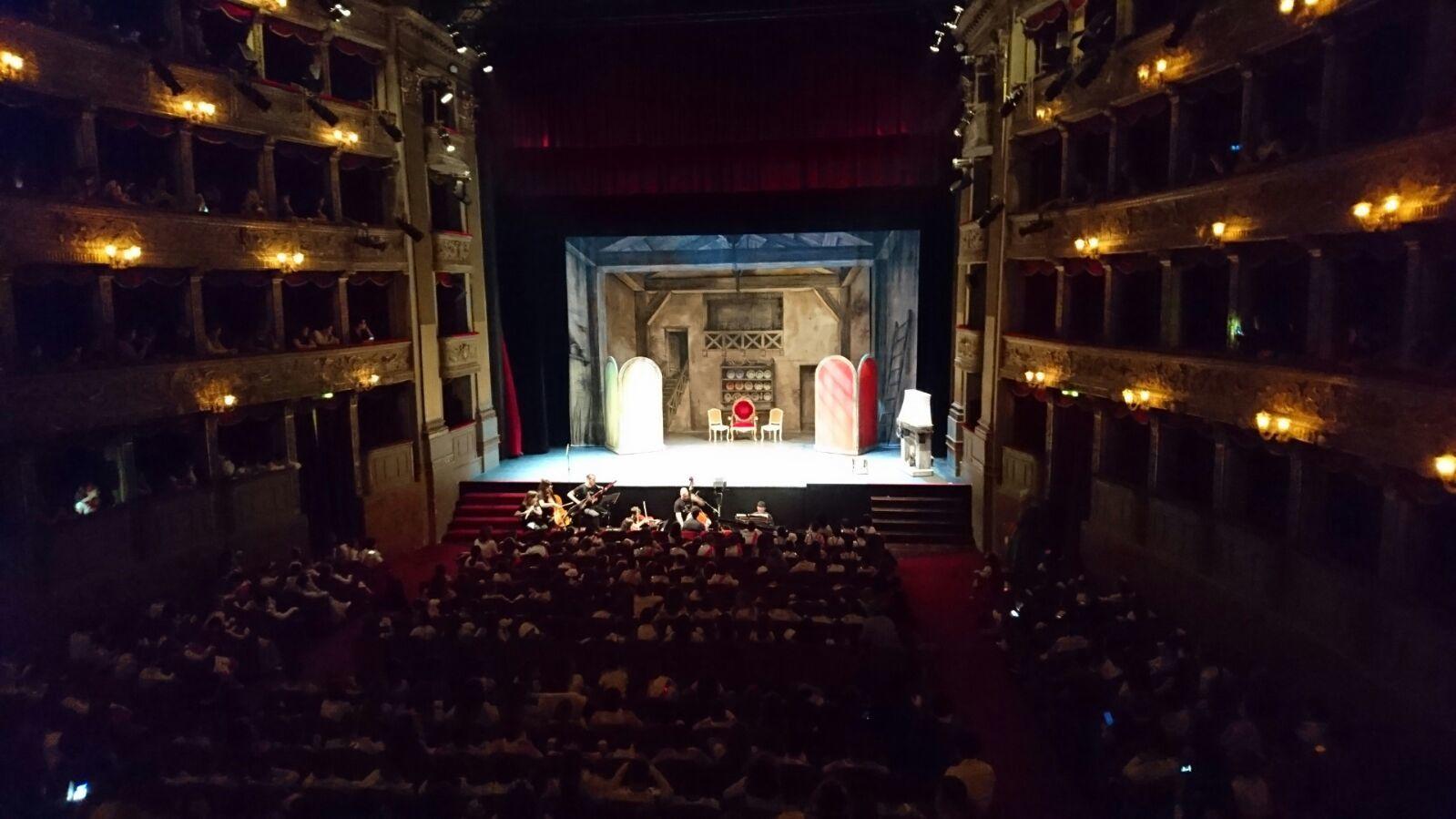 Azi am fost la Teatrul Argentina in centrul Romei. S-a pus in scena o varianta speciala a Cenusaresei de o trupa de artisti profesionisti ai respectivului teatru in colaborare cu scoala Henri Matisse unde invata Andrei. E clar ca am avut inima cat un purice pe parcursul intregii opere de teatru, cu un nod in gat si lacrimi in coltul ochilor, senzatii specifice mamelor, in special, stiindu-si odrasla in mijlocul atator altor copii participanti la un eveniment deosebit si de asemenea amploare, un proiect stralucitor care s-a bucurat de succesul mult asteptat. Mentionez ca profesionistii cantau laolalta cu copiii, protagonisti ai acestui eveniment inedit, aflati in sala de teatru, fetitele imbracate in tinute de printesa, iar baietii de printi, urcand pe rand pe scena, in diferite momente ale piesei.  Au participat toate clasele scolii pe care Andrei o frecventeaza. Au invatat toate cantecele incluse in spectacol de pe un Dvd pe care l-au primit de la scoala, furnizat de trupa de teatru. A rasunat casa de muzica clasica o buna bucata de timp, incat le-am invatat si noi pe dinafara. Emotionant!!! Muzicistii, care cantau live si cu patos, au fost elogiati si ei, la final, alaturi de toti participantii la spectacol. O ora si jumatate de poveste! Ce zi spectaculara! Ne vedem la anul cu Flautul magic de Mozart!!