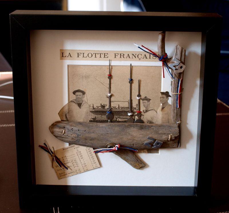 Photo, tirée d'un livre de 1910, bois flotté, carte marine, visserie ficelle de lin teintée, aiguilles d'horloge : indisponible