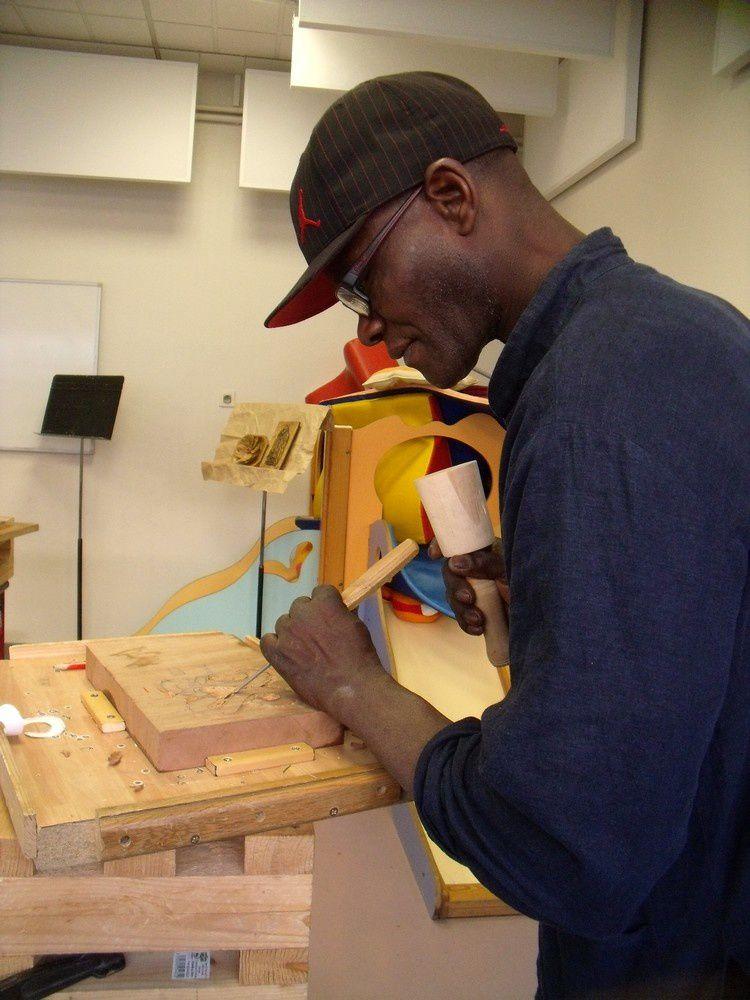 je vous présente Alexis. Alexis a plutôt l'habitude de sculpter des troncs dans la masse, aussi veut-il s'essayer à notre sculpture des bas reliefs. Je vous ferai découvrir plus tard ses réalisations ...