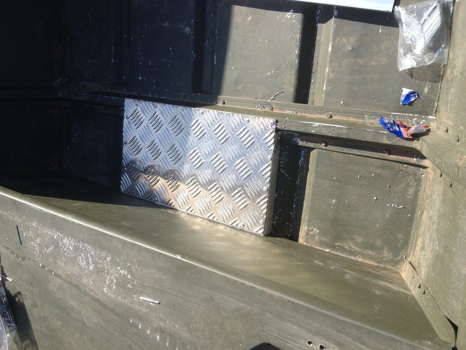 Le support de batterie, devant le banc central, en appuis sur celui ci et un renfort de la coque. Couvert en tole alu 4mm