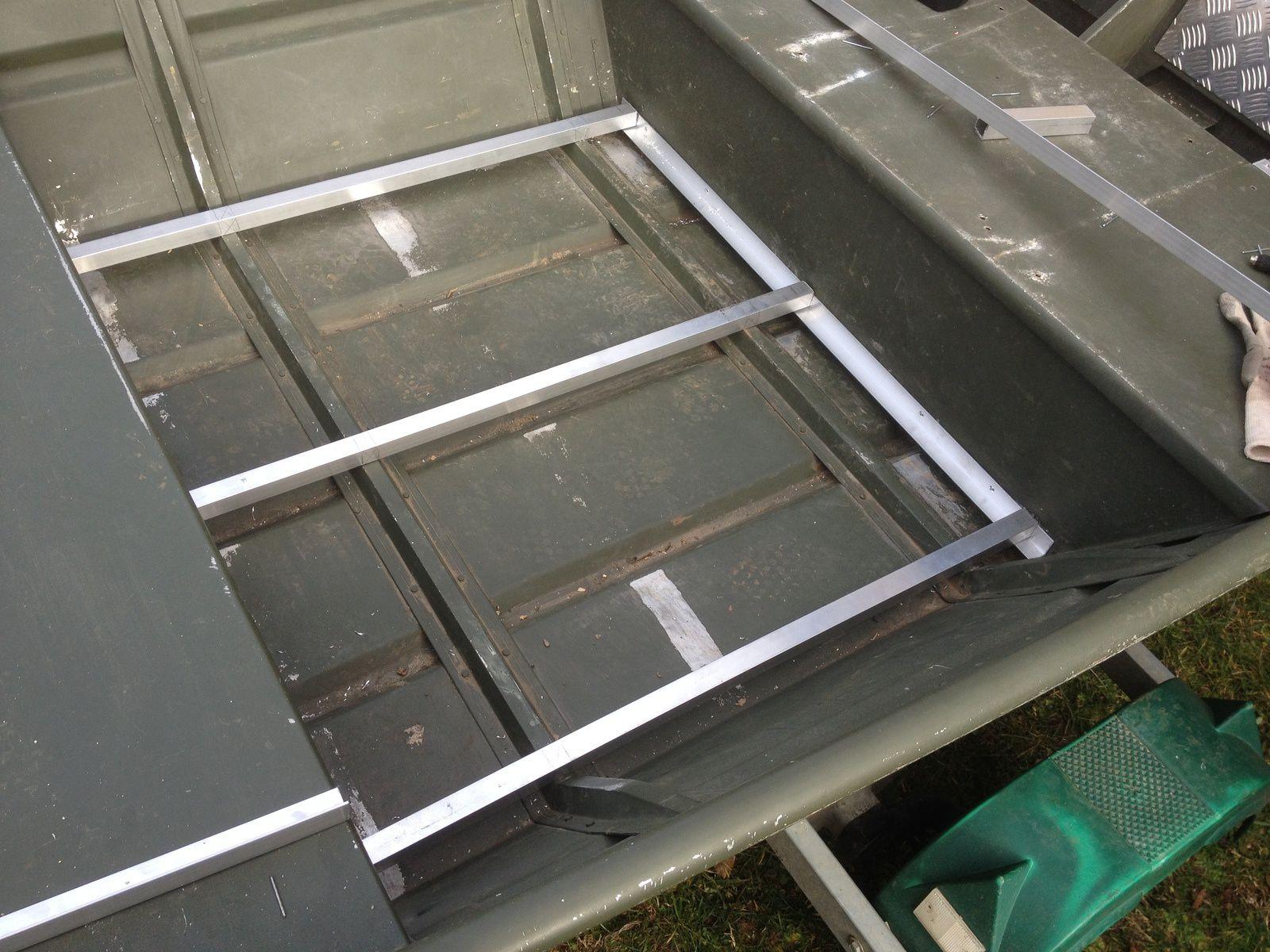 Le plancher central, renforts en appuis sur le fond et les bancs. Couverture en tole alu 4mm