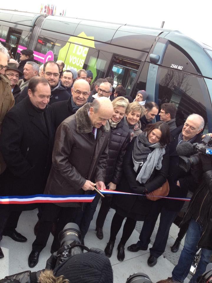 Au côté de Christophe DUPRAT,  Alain JUPPE inaugure l'extension de la ligne A reliant Le Haillan à Bordeaux.