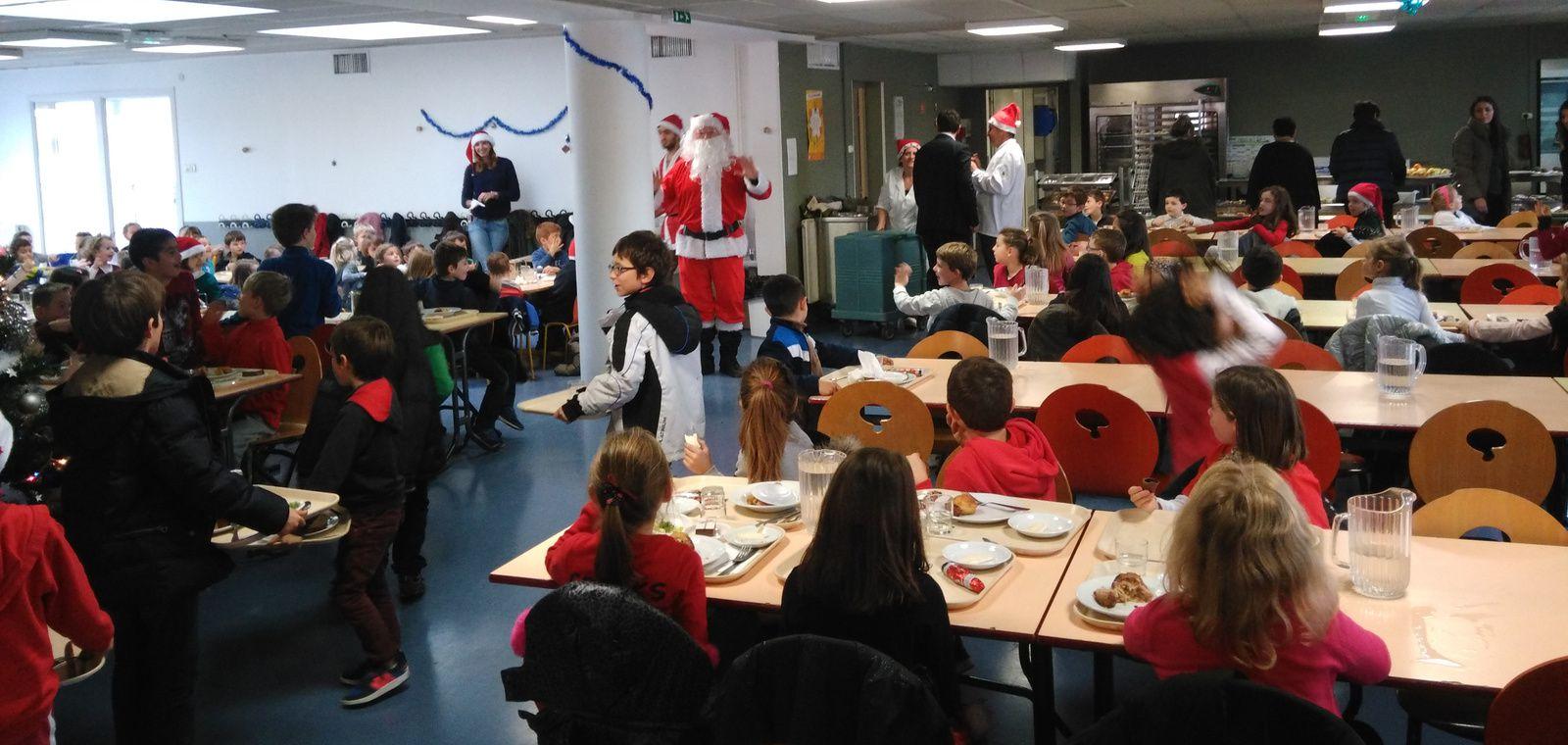Visite du Père Noël pendant le repas au restaurant scolaire