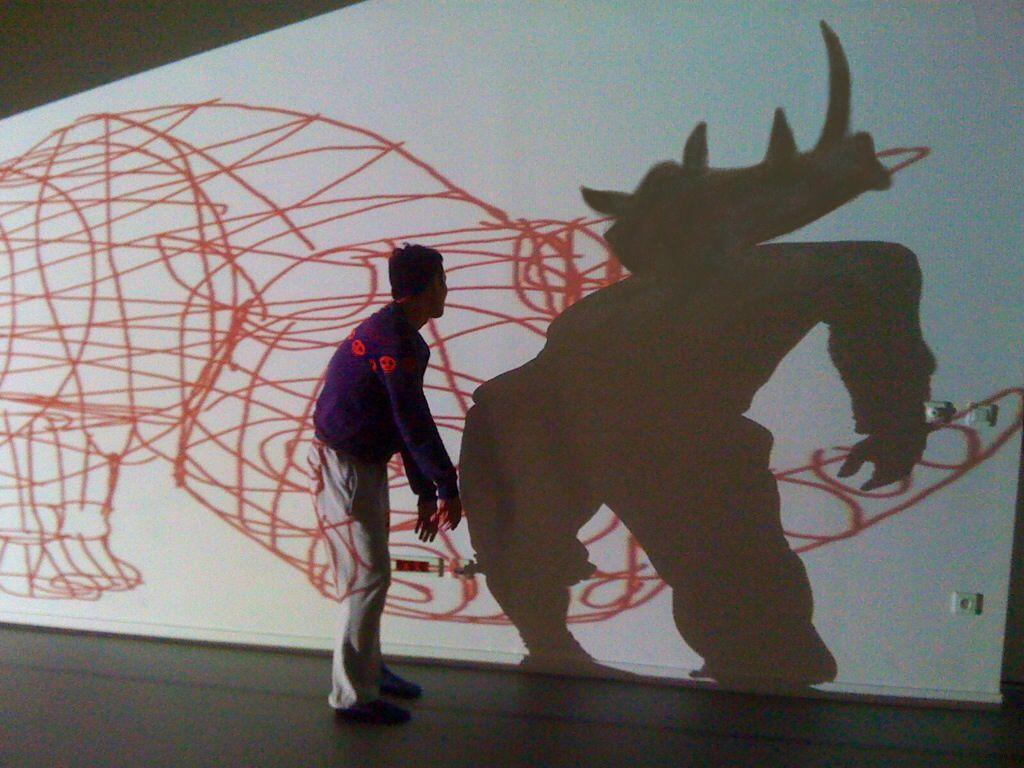 Où les danses animales de Jitti Chompee se mêlent aux peintures digitales d'Ivan Sigg