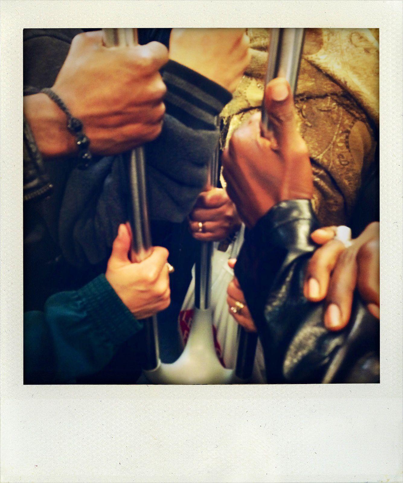 Que de mains dans le métro aujourd'hui !