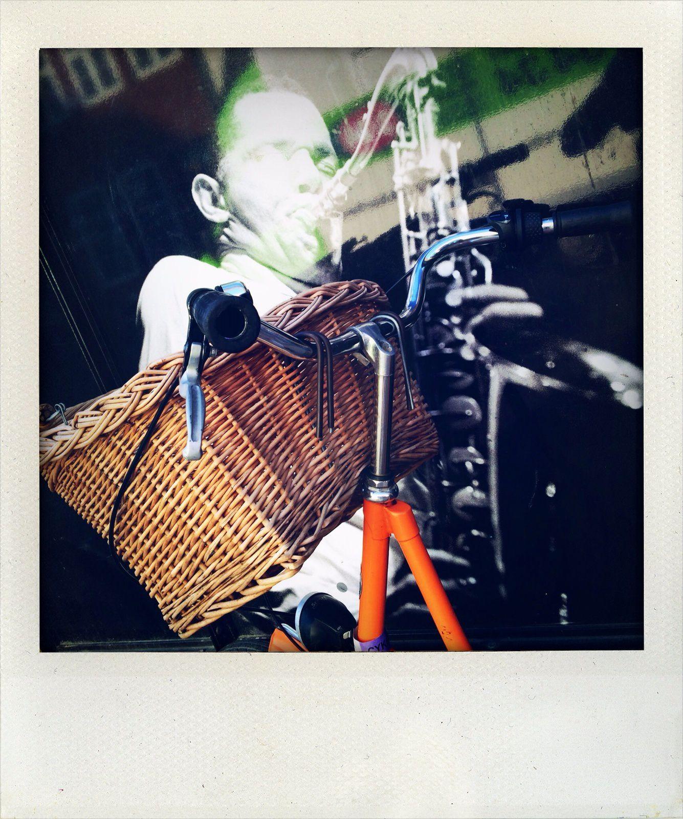 """Ici le vélo est considéré comme un instrument de musique : on en joue avec doigté et liberté à toute heure de la journée (Photo prise devant la fameuse salle du """"Jazzus à Montmartre"""")"""