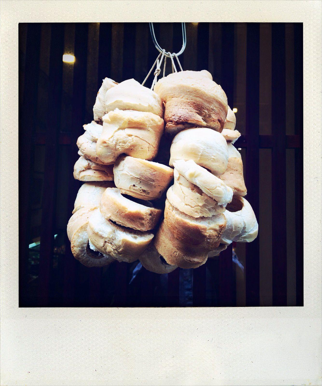 Rondelles trouées de pain spongieux, très à la mode, et que l'on trempe dans la soupe...