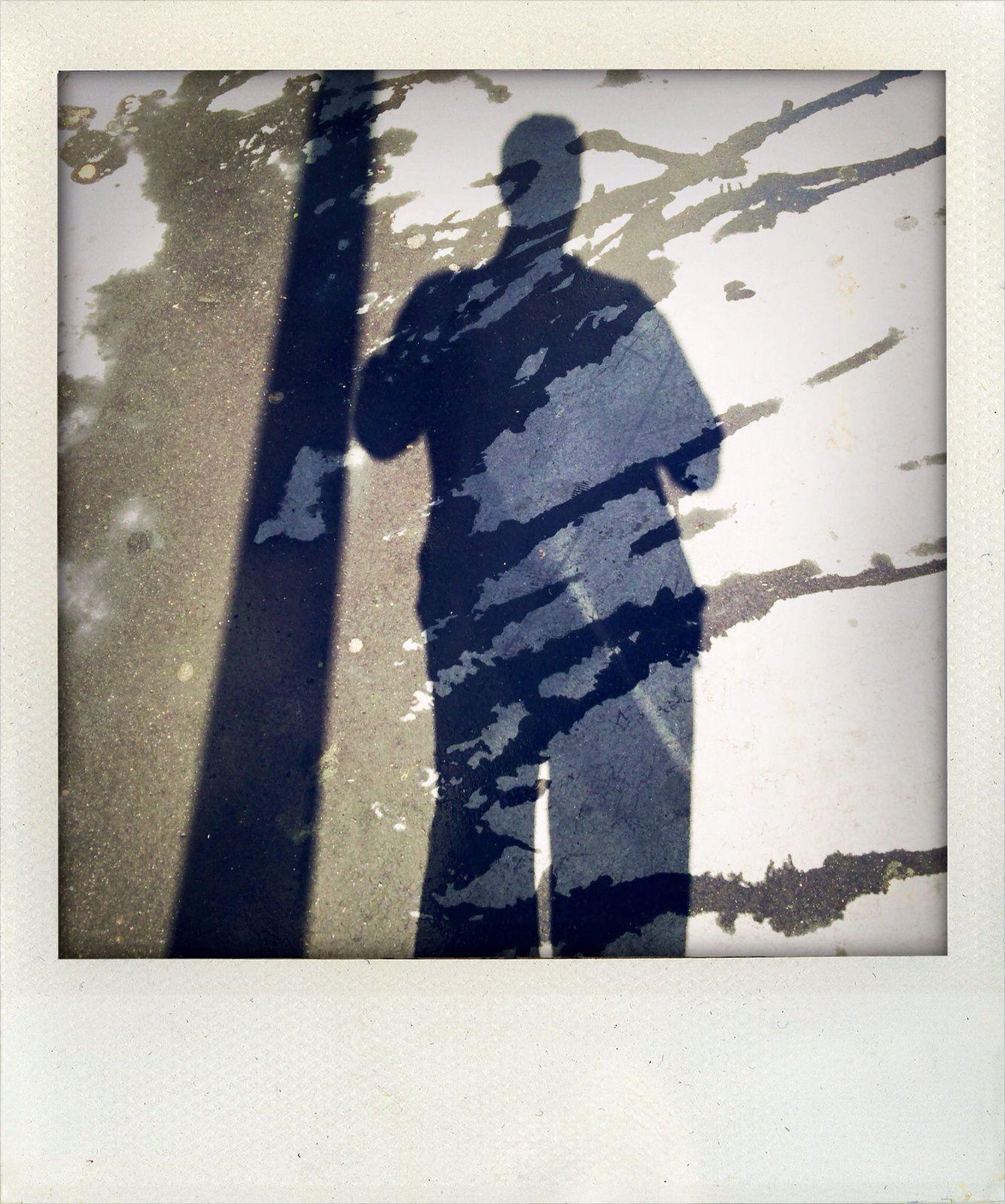 Jetant un oeil au trottoir, je découvre un monde : des ombres contrastées, une lumière puissante qui brûle le sol, de l'humidité et des éclaboussures. Une image qui parlerait à la fois aux jeunes de la Place Taharir et de la Place Taksim ainsi qu'aux jeunes israéliens et palestiniens ?