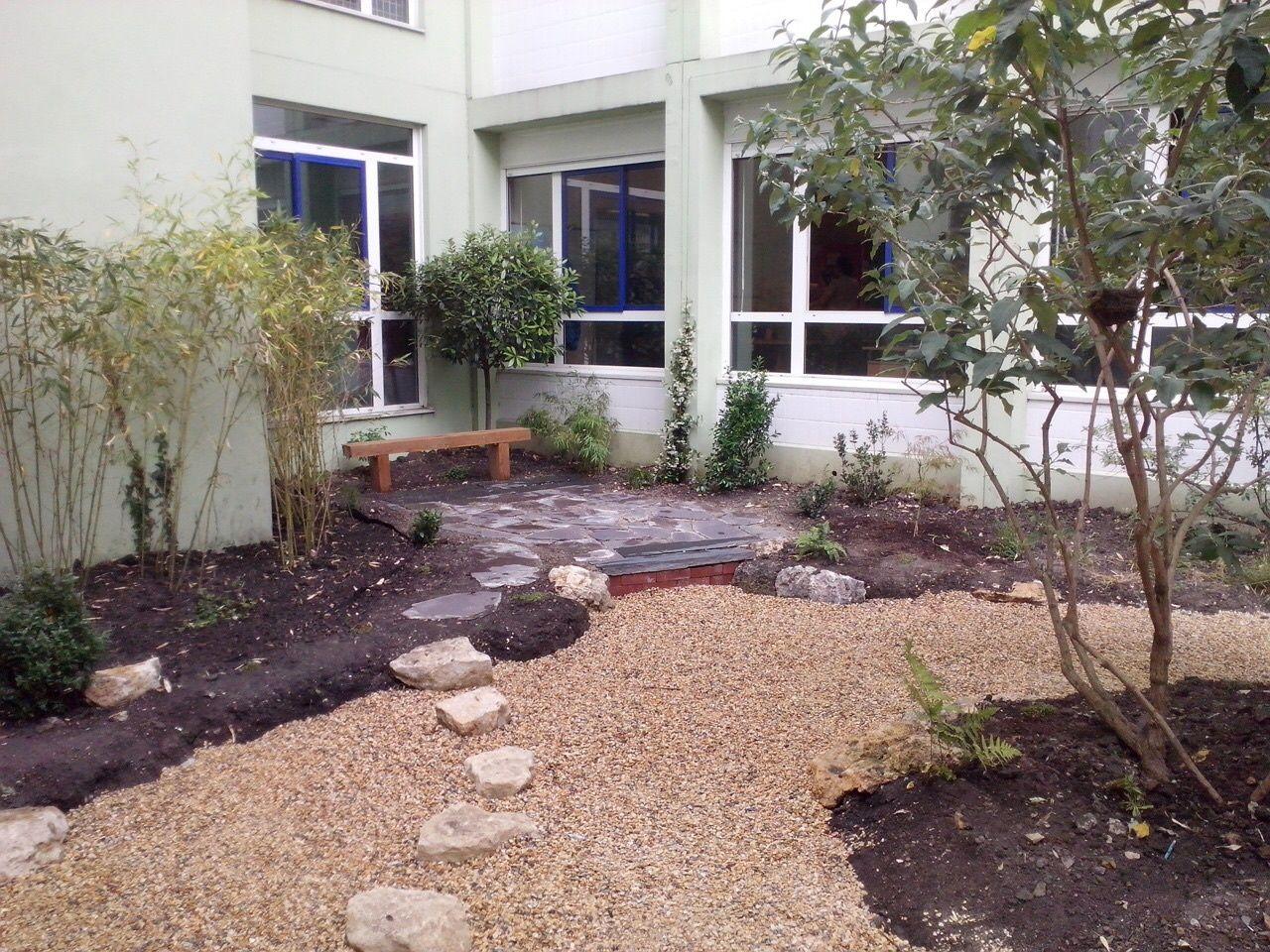 Jardin zen sec où l'eau est représentée par du gravier