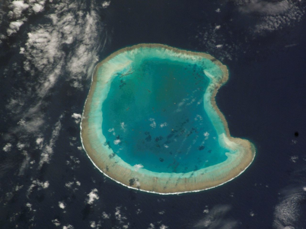 atoll de Bassas do India (îles Eparses)- Par NASA — http://eol.jsc.nasa.gov/scripts/sseop/photo.pl?mission=ISS005&roll=E&frame=7870, Domaine public, https://commons.wikimedia.org/w/index.php?curid=1402929