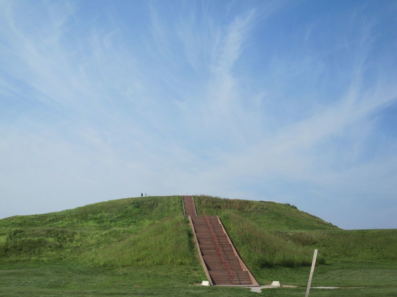 monks mounds - Par User: (WT-shared) Ethajek sur wts wikivoyage — Travail personnel, Domaine public, https://commons.wikimedia.org/w/index.php?curid=23325377