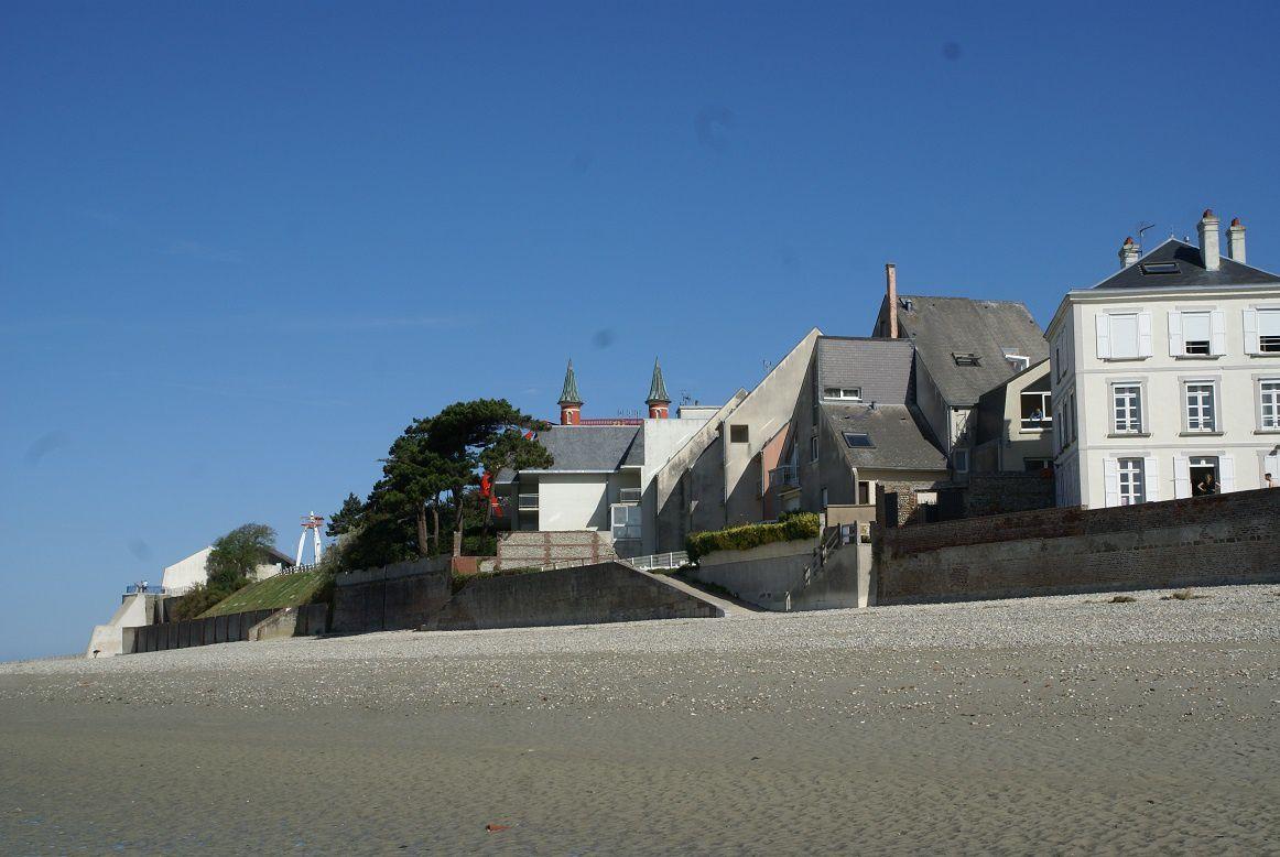 sur cette image on aerçoit au fond les 2 tourelles rouges le phare et en 1er plan la villa l'heure bleue