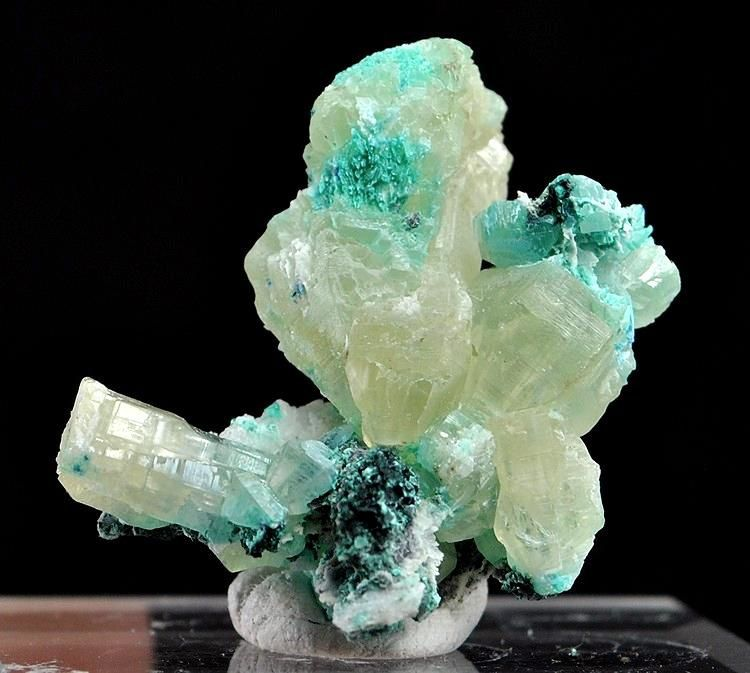 plumbogummite/cérusite -By Rob Lavinsky, iRocks.com – CC-BY-SA-3.0, CC BY-SA 3.0, https://commons.wikimedia.org/w/index.php?curid=10173585