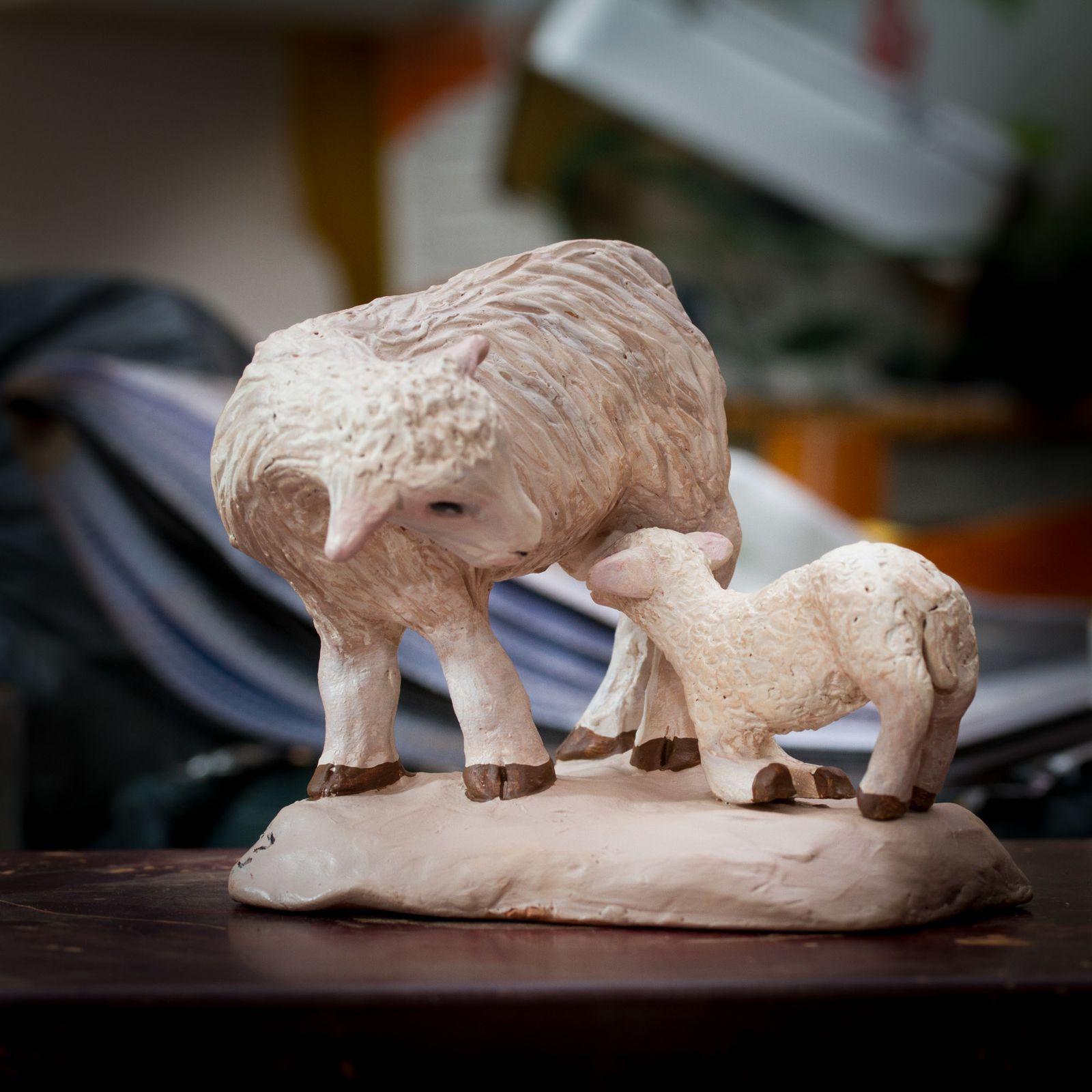 brebis allaitant son agneau pour santons de 26 cm (santon Evelyne Arnaud Toulon)