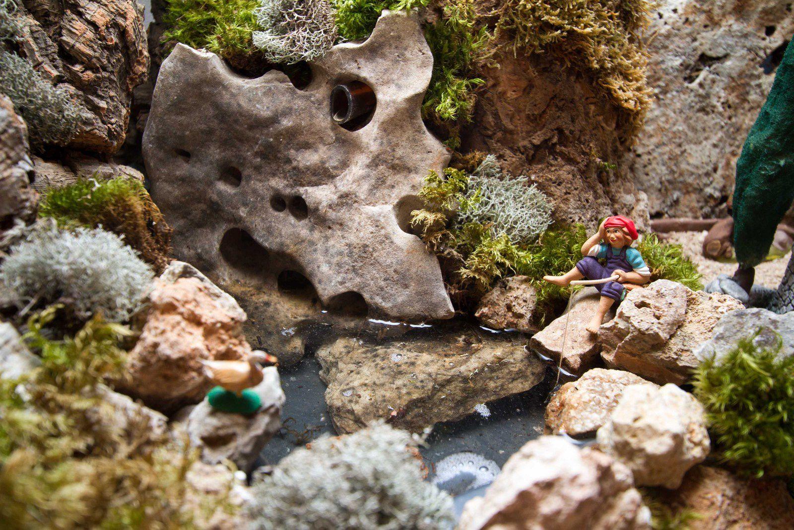 le petit pêcheur au bord de la rivière (santon Magali)