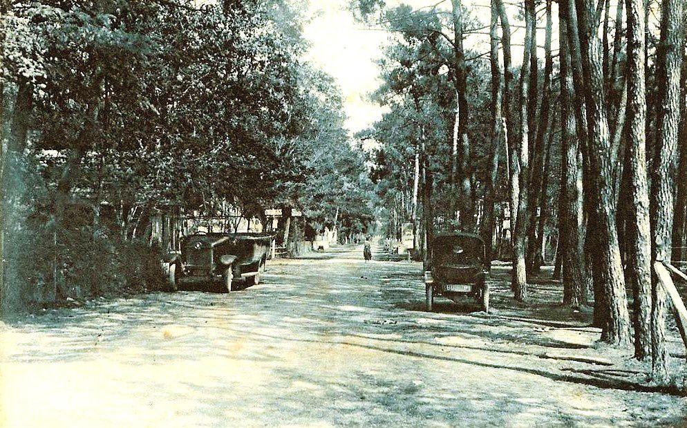 A gauche, devant le syndicat d'initiative, bus et Citroën Trèfle ( Années 30)