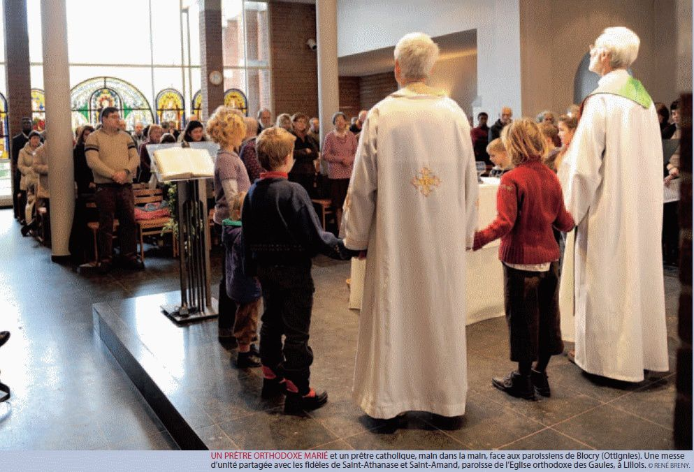 Main dans la main : un prêtre catholique et un prêtre orthodoxe