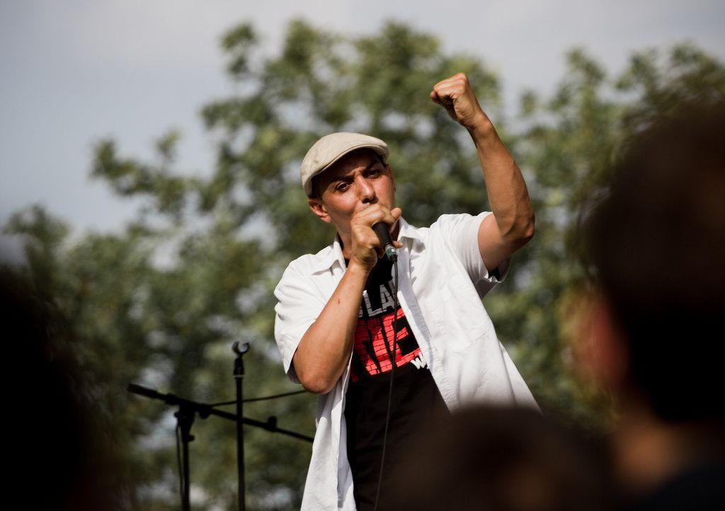 Kaddour Hadadi dit HK, chanteur et citoyen du monde Photo : DR Dans l'Humanité Dimanche. HK a troqué, un temps, le micro pour la plume. Il signe son premier vrai roman à paraître le 25 septembre. L'homme n'est pas du genre à taire ses convictions et brader ses valeurs. Son « Néapolis » évoque sans fard la Palestine.