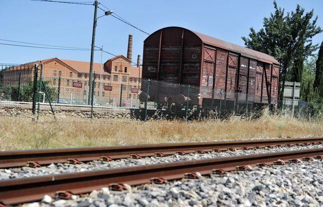 Un wagon ayant servi à la déportation des juifs pendant la Seconde Guerre mondiale devant le Camp des Milles, dans les Bouches-du-Rhône. - GERARD JULIEN / AFP