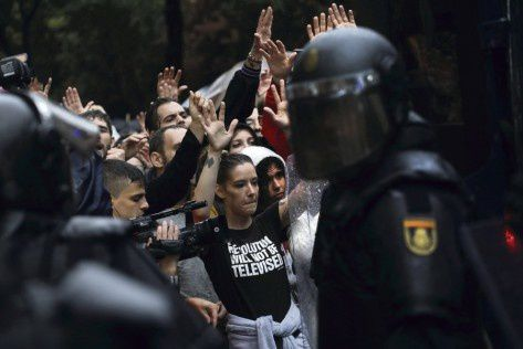 Demonstartors face riot police outside a polling station for the banned independence referendum in Barcelona, Spain, October 1, 2017. REUTERS/Susana Vera