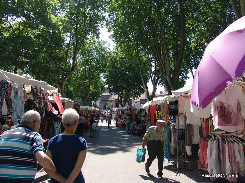 Le samedi matin, c'est jour de marché à Tournon