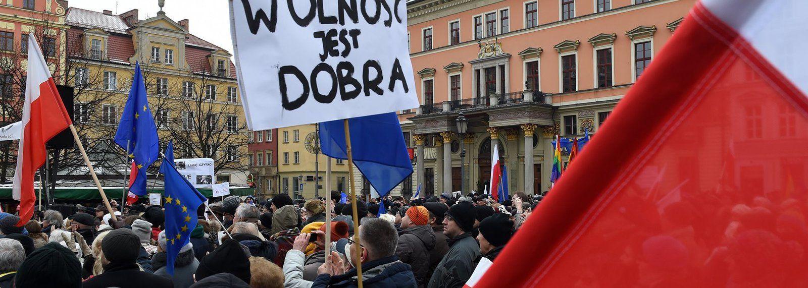 Pologne : le Parlement européen rejette l'interdiction quasi-totale de l'avortement suite à des manifestations de masse
