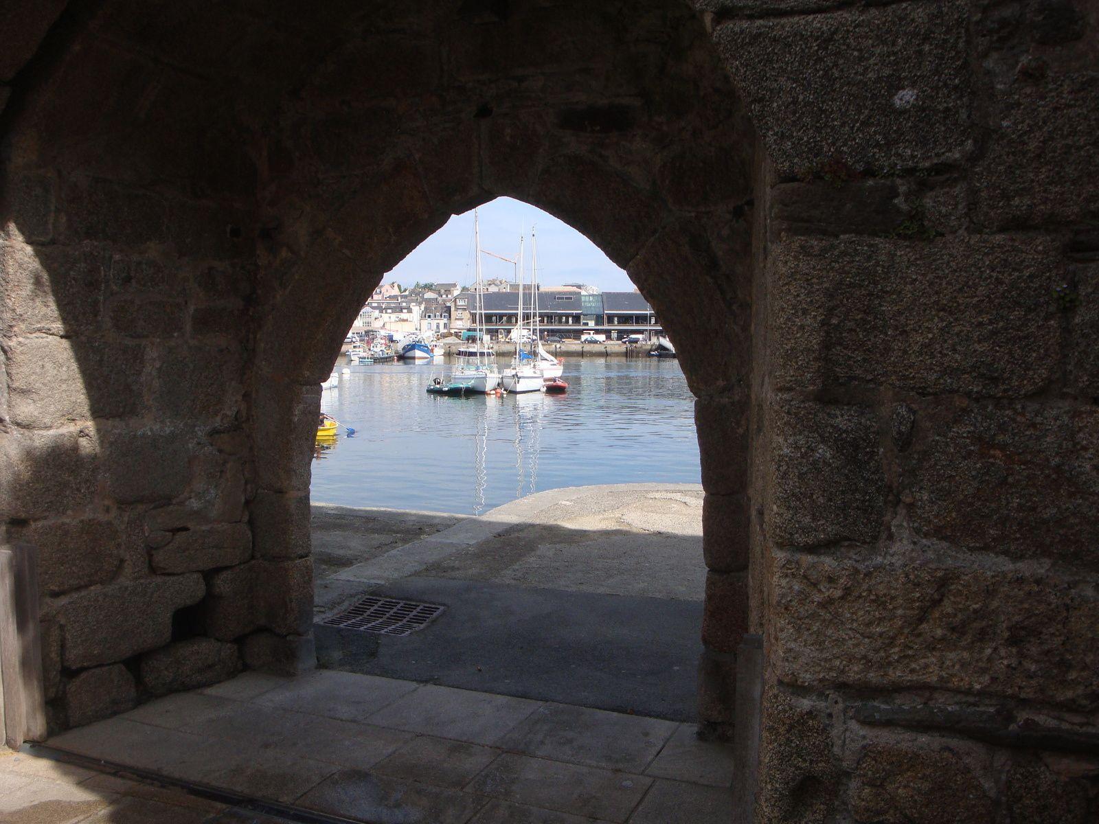 Le port et les remparts.... de part et d'autre d'une arcade