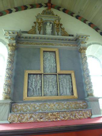 ...un superbe retable en albâtre sans doute du XV , d'un atelier de Nottingham...malheureusement, sur les 7 parties , 3 ont été volées en 1981....