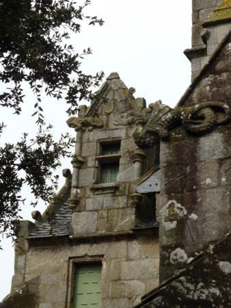 de nombreuses sculptures en relief représentant tritons et navires rappellent la vocation maritime de Roscoff...