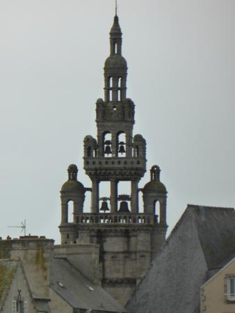 avec un superbe clocher à lanternons superposés (1576 Renaissance)