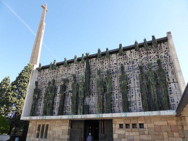 Il nous faut près de 8 km pour quitter la ville..... A Virgen del Camino... arrêt visite de la nouvelle église...