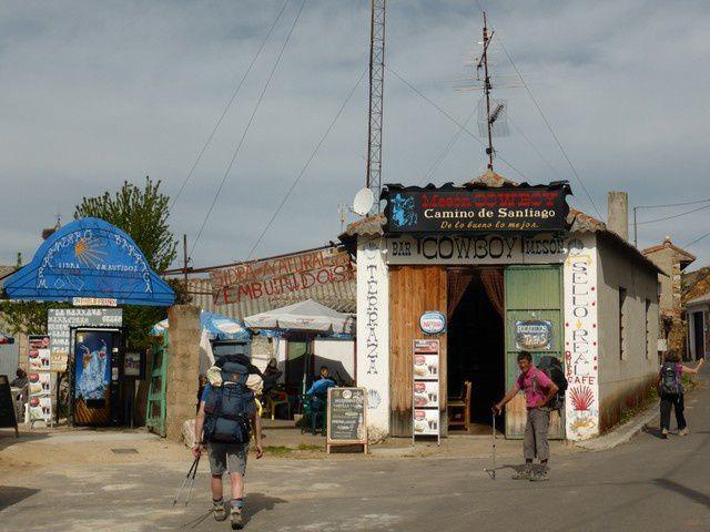 dans chaque village, le bar est un des arrêts de nombreux pélerins... pause café...