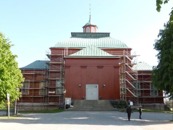 """... et la """"plus vieille église en bois de Suède""""... Amiralitetskyrkan... fermée... en cours de rénovation..."""