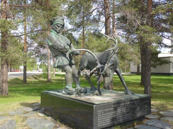 Nous nous rendons à Sodankylä où cette statue symbolise l'élevage de rennes, principale activité commerciale de la ville....